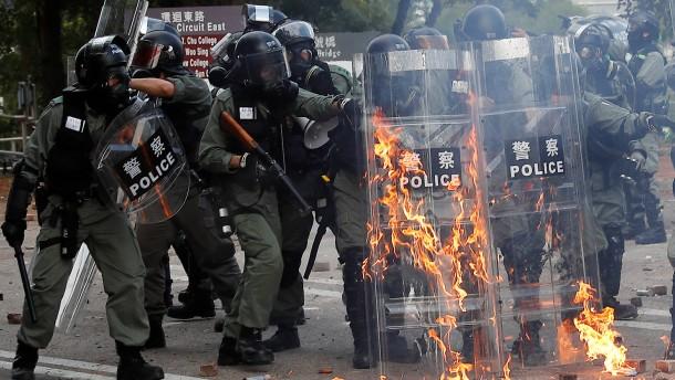 Brennende Barrikaden und Tränengas