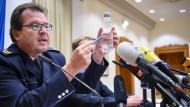 Konstanzer Polizeivizepräsident Uwe Stürmer zeigt bei einer Pressekonferenz beispielhaft eine Plastikflasche, um die Menge des Giftes zu zeigen.