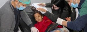 Ein verletztes Mädchen wird in einem Krankenhaus der nordsyrischen Stadt Afrin behandelt.