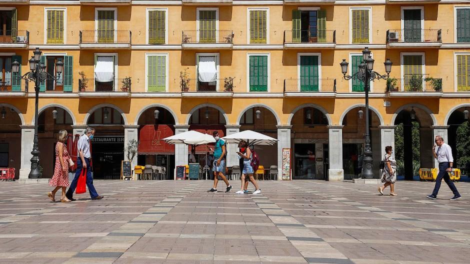 Palma Ende Juli: Nur wenige Menschen sind auf der Plaza Major unterwegs.