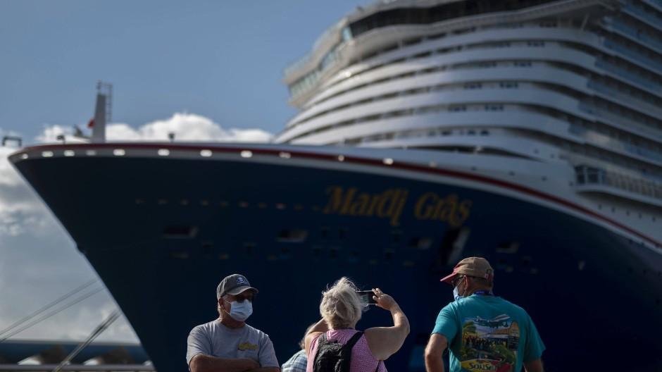 Touristen fotografieren ein Kreuzfahrtschiff im Hafen von San Juan in Puerto Rico.