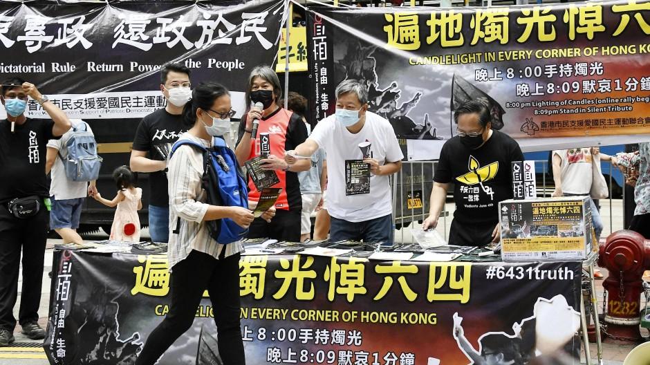 Aktivisten für Demokratie verteilen vergangenen Sonntag Flugblätter in Hongkong.