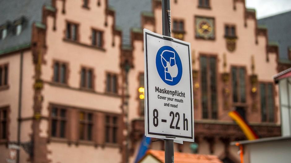 Die Maskenpflicht könnte ausgeweitet werden: Frankfurt und weitere Städte im Rhein-Main-Gebiet liegen immer noch jenseits einer Inzidenz von 200.