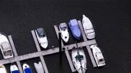 Luxus? Boote in Düsseldorf am Rhein