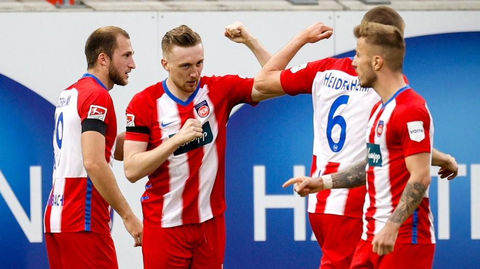 Heidenheims Tobias Mohr (2. von links) bejubelt sein Tor zum 1:0 mit seinen Mannschaftskollegen.