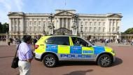 Strenge Sicherheitsvorkehrungen: ein Polizeiwagen vor dem Buckingham Palast in London