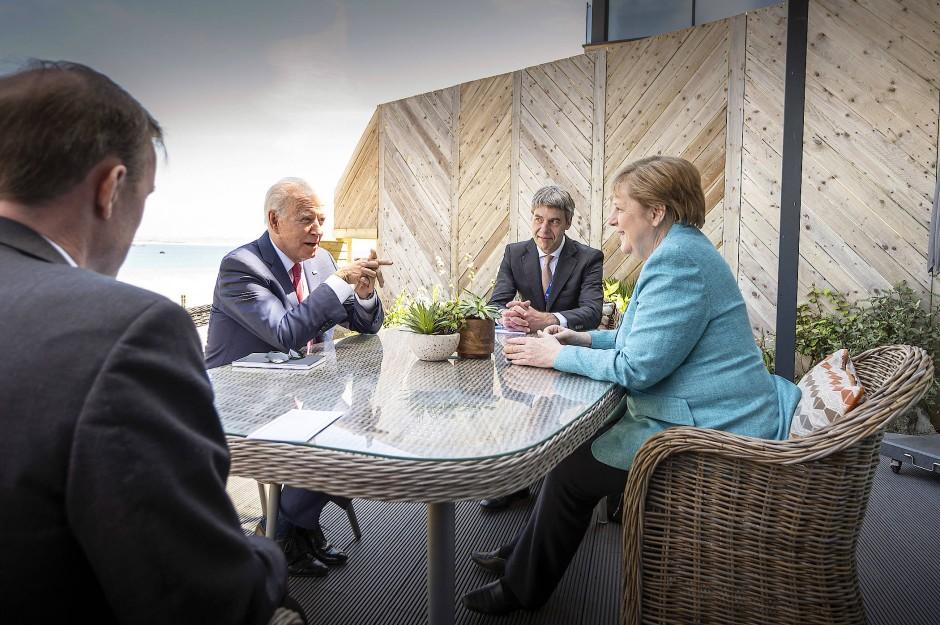 Angela Merkel und Joe Biden sitzen zu Beginn ihres Gesprächs am Rande des G-7-Gipfels mit ihren außenpolitischen Beratern zusammen.