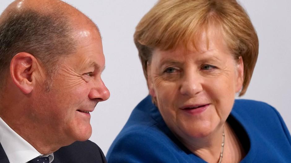 Zufrieden mit ihrem Klimapaket: Bundeskanzlerin Merkel (CDU), Vizekanzler und Finanzminister Scholz (SPD) am Freitag in Berlin