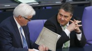 Außenminister Frank-Walter Steinmeier (links) im Gespräch mit SPD-Chef Sigmar Gabriel