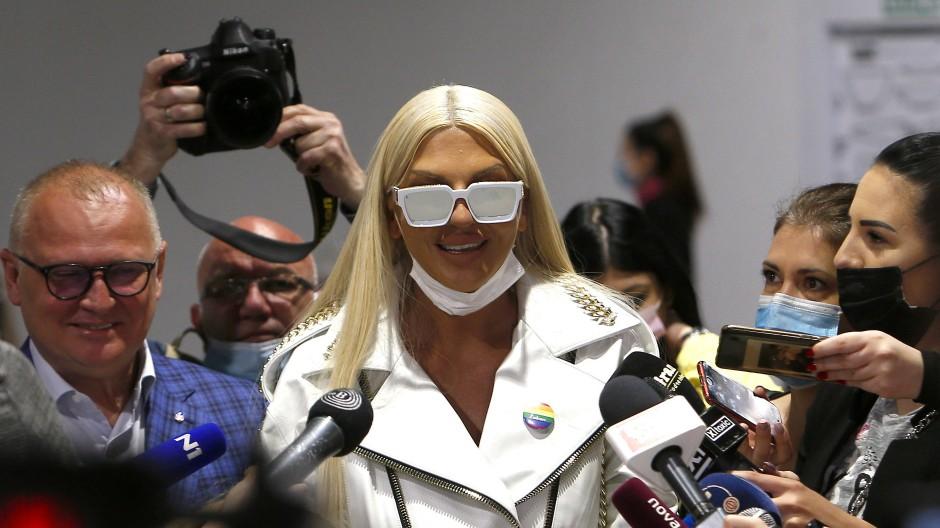Die populäre serbische Sängerin Jelena Karleusa, vormals Impf-Kritikerin, bei einem Impftermin in einem Einkaufszentrum in Belgrad am Donnerstag