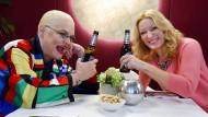 """Stößchen! Hella von Sinnen und Monika Gruber in der ersten Folge von  """"Moni's Grill"""". In der nächsten Episode kommt dann Sonya Kraus zum Talk."""