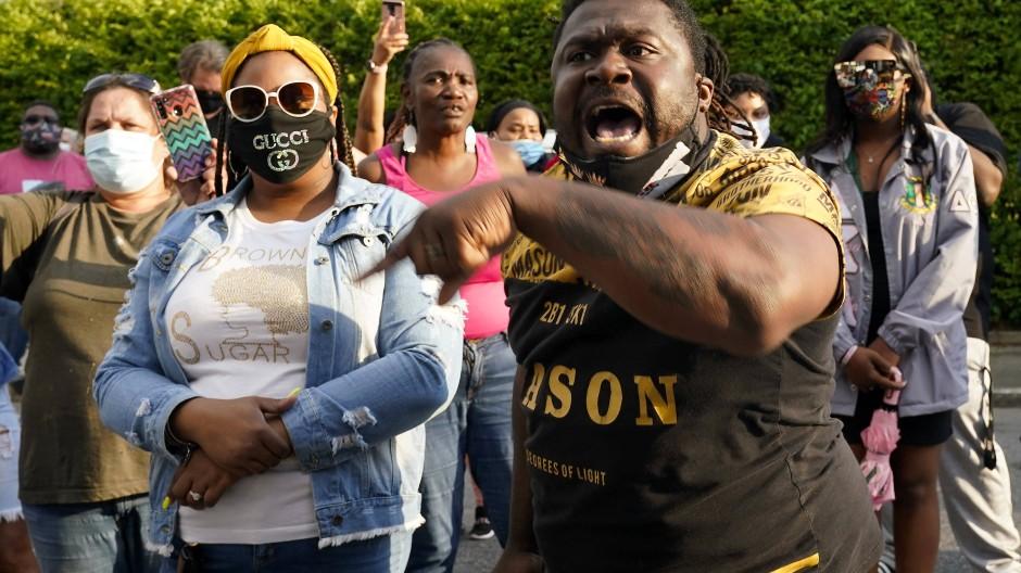 Menschen in Pasquotank protestieren gegen den Tod des unbewaffneten Afroamerikaners.