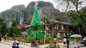 Im Zentrum der Stadt El Nido auf den Philippinen ist ein haushoher Weihnachtsbaum aus PET-Flaschen zu sehen.