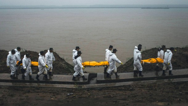 Helfer öffnen Schiffswrack im Jangtse