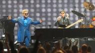 Doch, er steht schon ab und zu auf vom Klavierhocker: Elton John feiert sich und die Fans in der Festhalle.
