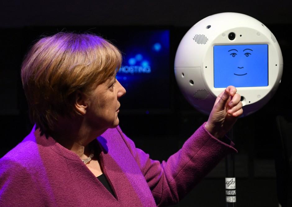 Auch Kanzlerin Angela Merkel durfte Cimon schon kennenlernen. Hier auf der Raumfahrtausstellung (ILA) 2018.