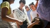 Game of Thrones-Stars besuchen Flüchtlinge in Griechenland