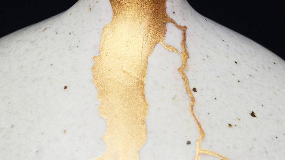 """Wenn in Japan ein Keramikobjekt bricht, wird es nicht weggeworfen, sondern die Risse werden mit einem Goldüberzug kaschiert. Dieses Verfahren heißt """"kintsugi""""."""