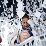 Warten auf das Urteil: Eine Frau schreibt in das Buch der Gedenkstätte für die Mordopfer von Prijedor in der Serbenrepublik in Bosnien und Herzegovina.