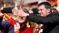 Manuel Valls macht ein Selfie während einer Demonstration Mitte März in Barcelona.