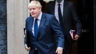 Der britische Premierminister Boris Johnson verlässt am Montag Downing Street in London.