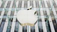 Profitiert von berühmtem Investor: Nachdem bekannt wurde, dass Warren Buffett bei Apple eingestiegen ist, stieg die Aktie um fast 7 Prozent.