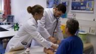 In der Ambulanz: Oberarzt Marco Baz Bartels und Assistenzärztin Nathalie Schmitz (links) untersuchen ein Kleinkind.