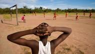 Die Fussballmannschaft von Nkolemfumu im Nordosten von Sambia spielt auf Sand gegen sich selbst, da die gegnerische Mannschaft nicht gekommen ist.