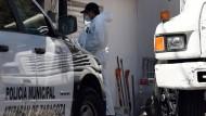 Ermittler der kriminaltechnischen Untersuchung vor dem Haus des mutmaßlichen Serienmörders in Atizapan, Mexiko.