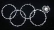 Irgendwas ist falsch: Bei der Eröffungsfeier in Sotschi gibt es nur vier statt fünf olympische Ringe.
