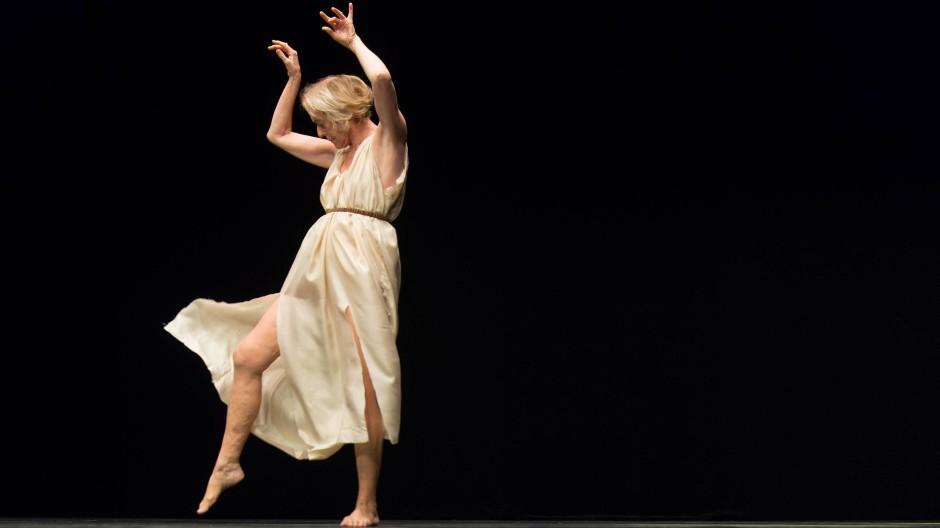 """Elisabeth Schwartz in """"Isadora Duncan"""", einer Choreographie von Jérôme Bel"""