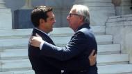 Herzlich willkommen! Im Juni 2016 begrüßen sich der griechische Ministerpräsident Tsipras und EU-Kommissionschef Juncker äußert freundschaftlich in Athen. Mittlerweile drängt der Streit ums Geld wieder in den Vordergrund.