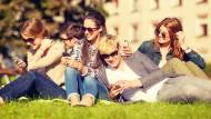 Nur noch am Smartphone? Jugendliche im Park