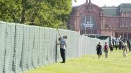 Zaungäste: Durch die Reisinger-Anlagen in Wiesbaden zieht sich plötzlich ein breiter Zaun.