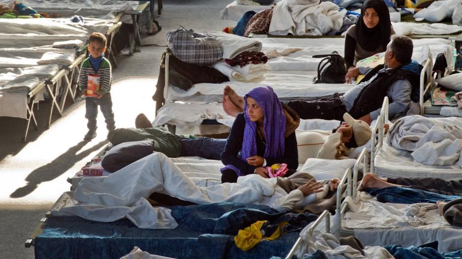 Flüchtlinge auf Feldbetten in einer Unterkunft im hessischen Hanau