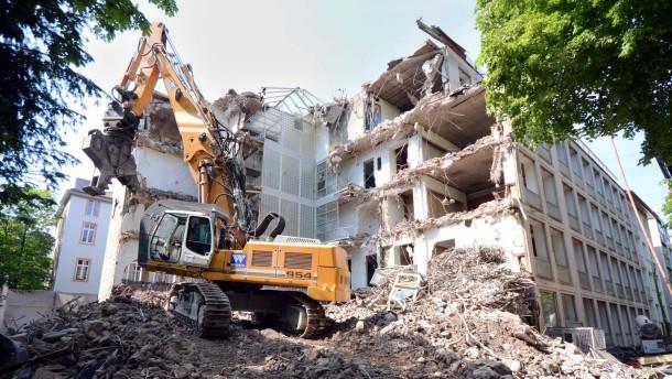 Baggerbiss - Der ehemalige Suhrkamp-Verlagssitzes in Frankfurt wird abgerissen, um auf dem Gelände ein Apartmenthaus zu errichten.