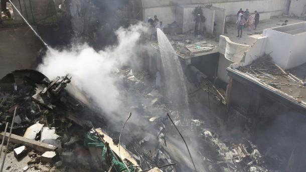Passagierflugzeug in Wohngebiet abgestürzt