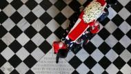 Ein Abschied, wie er wohl keinem Premierminister je wieder zuteil werden wird: Margaret Thatchers Sarg wird in die Kathedrale St Paul's getragen