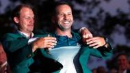 Das Strahlen des Siegers: Sergio Garcia darf sich als dritter Spanier das grüne Siegerjackett überstreifen