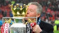 Der König der Nachspielzeit tritt standesgemäß ab: Sir Alex Ferguson mit dem Meisterpokal