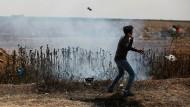 Die Wut bricht sich Bahn: Ein Palästinenser zielt während eines Protests mit einer Steinschleuder in Richtung israelischer Soldaten.