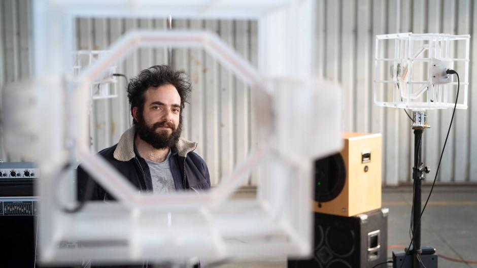 """Orchesterchef: Mit beweglichen Schwingspulen-Rahmenantennen fängt Christos Voutichtis Klänge für seine Installation """"Order of Sound"""" ein."""