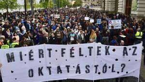 Massenproteste wegen drohender Universitäts-Schließung