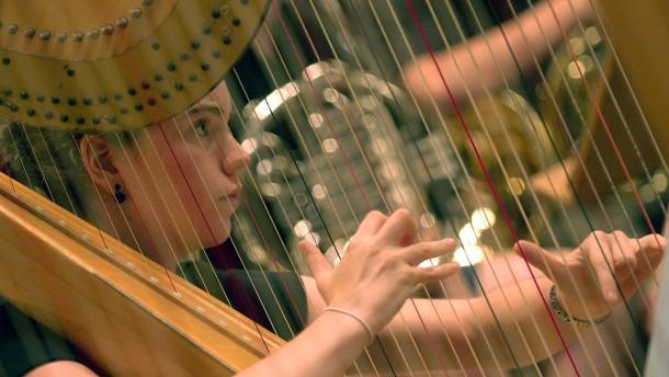 Musikerinnen spielen in der Regionalliga