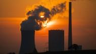 Niedersachsen, Hohenhameln: Die Sonne geht hinter dem Kohlekraftwerk Mehrum im Landkreis Peine auf.