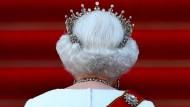 Auch von hinten unverkennbar: Königin Elisabeth II. mit royalen Insignien