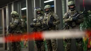 Polizei fahndet nach möglichen Attentätern