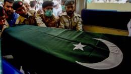 Trauernde in Pakistan setzen Opfer des Unglücks bei