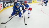 Schwedens Moller (l.) versucht den Puck gegen den Russen Denisov zu verteidigen