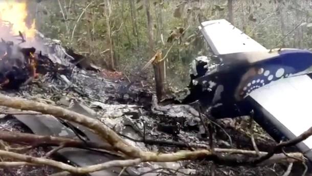 Zwölf Menschen kommen bei Flugzeugabsturz ums Leben